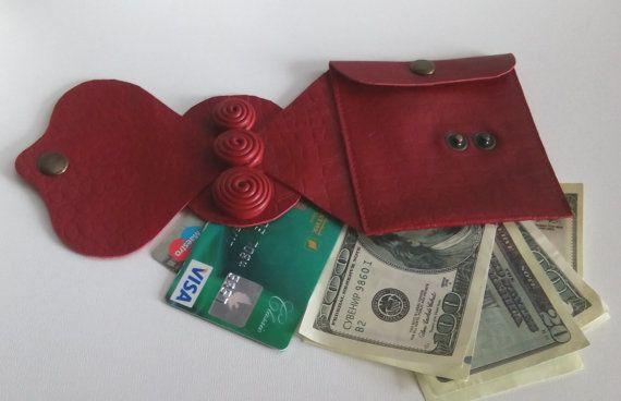 Armband Leder Frauen Armbänder Brieftasche Leder Handgelenk Geldbörse Handgelenk Band Travel Wallet Manschette rot Geldbörse geprägte Leder Manschette. Original Armband ist mit weichem Leder hergestellt.  100 % handgemacht!  Für Zuverlässigkeit Geldbeutel genäht Leder Geflecht von hand. Das Dekor wird mit Naturleder hergestellt. Die Manschette hat eine geheime Innentasche, die Ihr Geld und Ihre Kreditkarten aufnehmen können. Armband kann wirklich nützlich für unterwegs, im Urlaub, auf einer…