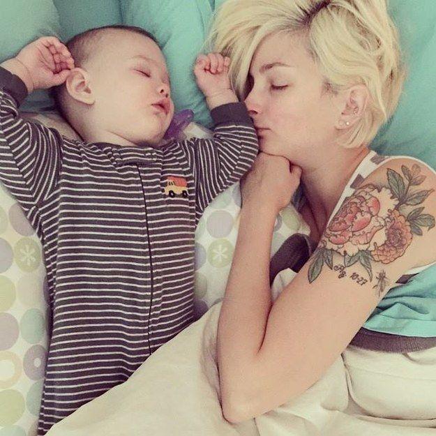 Esta mamá durmiendo. | 29 niños con sus papás hermosamente tatuados