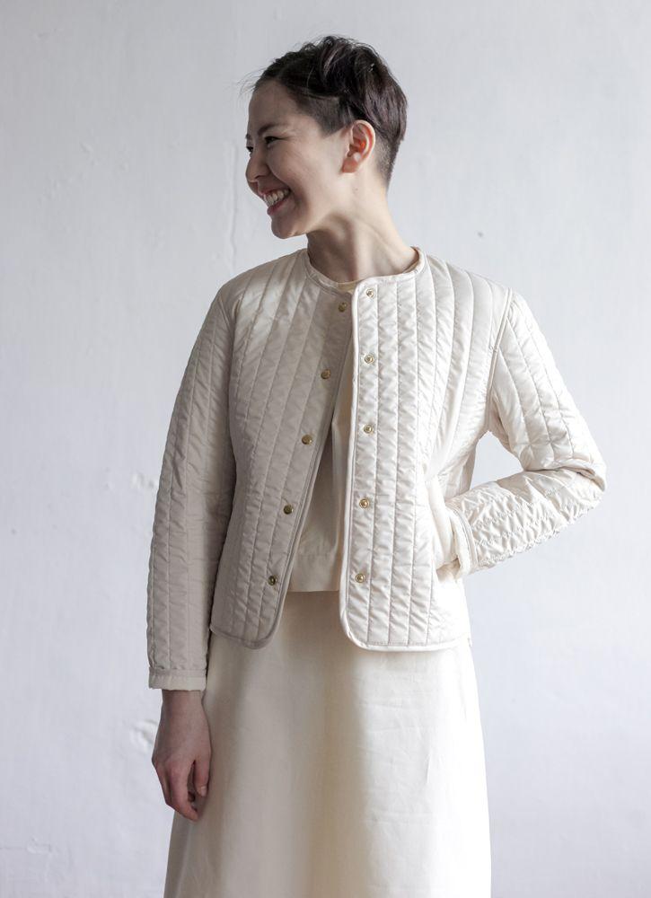 Стеганая короткая куртка молочного цвета