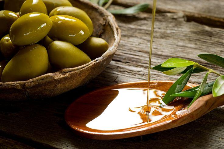 OLIO DI OLIVA EXTRAVERGINE LAGHI LOMBARDI SEBINO DOP – Alla vista si presenta di colore verde – giallo ed ha un gusto fruttati di oliva leggero o medio, accompagnato da una lieve sensazione di piccante amaro che talvolta presenta però un retrogusto di mandorla dolce. Uno dei caratteri distintivi di questo tipo di produzione è anche la bassa acidità. queste caratteristiche rendono il gusto di quest'olio particolarmente leggero e delicato, non andando così a coprire il sapore dei piatti che…