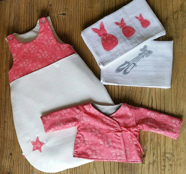 Cet ensemble est réalisé avec soin dans du Liberty Capel Corail et du jersey sweat tout doux pour bébé. Vous pouvez sur simple demande commander cet article dans les tissus présents en boutique ou celui de votre choix.
