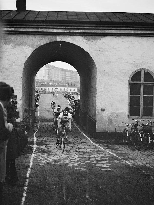 Karlbergs slott. Karlbergsloppet på cykel. Stig Mårtensson leder loppet, tätt efter kommer Artur Scott och Owe Nordqvist - Stockholmskällan