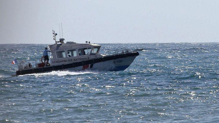 """Le bateau de plaisance, avec à son bord sept passagers et deux membres d'équipage, a chaviré à l'entrée du port de la principale station balnéaire sur le côte ouest de l'île de La Réunion. L'embarcation a été mise en difficulté par les gros rouleaux qui déferlaient sur la zone depuis plusieurs heures. Un """"avis de forte houle était en cours sur toute la côte ouest"""", ce qui a rendu """"l'engagement des moyens et les opérations de recherche et de sauvetage ..."""