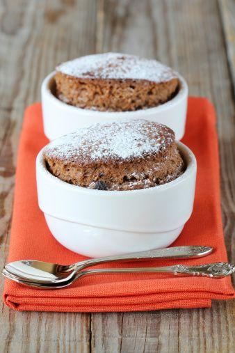 Ricetta torta in tazza: in soli 15 minuti, riuscirete a portare in tavola un dolce insolito per la forma, buonissimo e soffice, velocissimo da preparare.