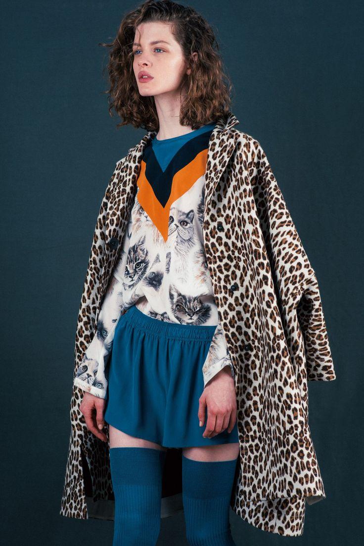 STELLA McCARTNEY – Feline Woman 彼女はネコ科の女 猫プリントのスポーティなシルクブラウスは、ステラらしい遊びのあるアイテム。コートは、オーバーサイズのバルーンシルエット。コート ¥247,000、ブラウス ¥ 115,000、ショートパンツ ¥85,000、ソックス ¥34,000、シューズ ソール5.5cm ¥105,000(以上ステラ マッカートニー   ステラ マッカートニー ジャパン)
