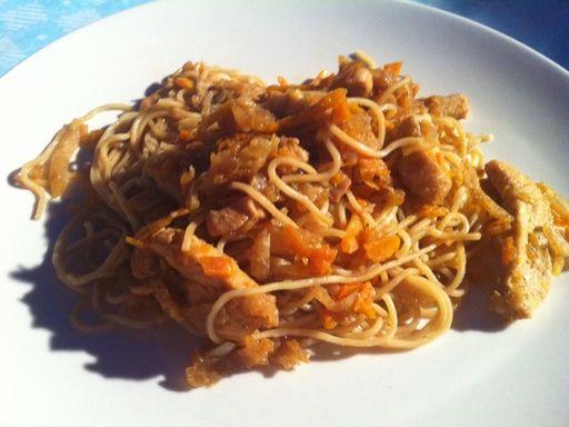 sauce soja, gingembre, blanc de poulet, courgette, huile de sésame, oignon, nouilles chinoises, chou, navet, carotte