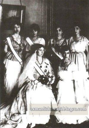 Osmanlı Hanedan Fotoğrafları Vahideddin - Ulviye Sultan nikahında çekilen aile fotoğrafı(1914)