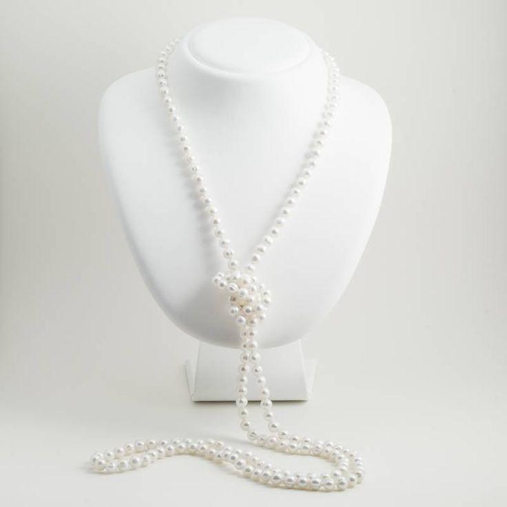 Een geknoopt parelsnoer met witte zoetwaterparels van maar liefst 150 cm lang. De parels zijn 5 tot 6 mm in doorsnede en hebben een mooie natuurlijke luster.