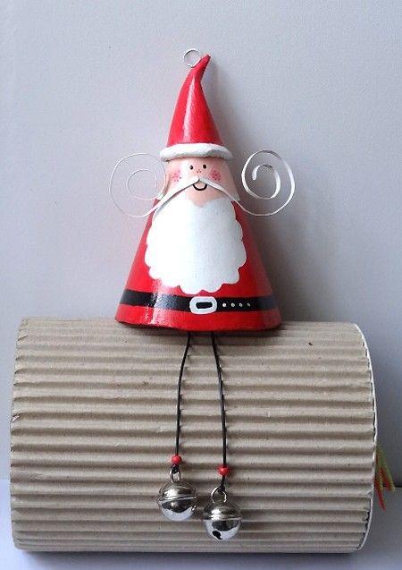 Mobile grand Père-Noel à grelots en papier mâché : Décoration pour enfants par camille-loiselet