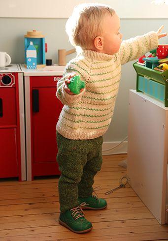 En fin raglanøkt genser med fine striper strikket i mjuk, håndfarga merinoull.