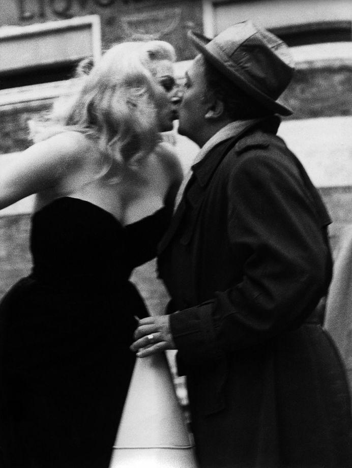 Federico Fellini kissing Anita Ekberg