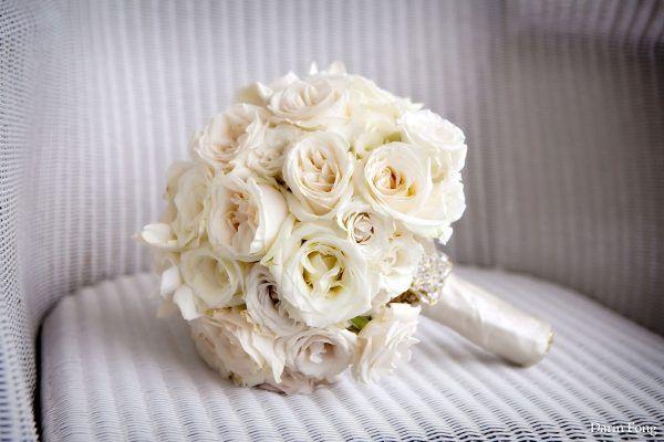 Buchet de mireasa elegant, cu trandafiri albi.