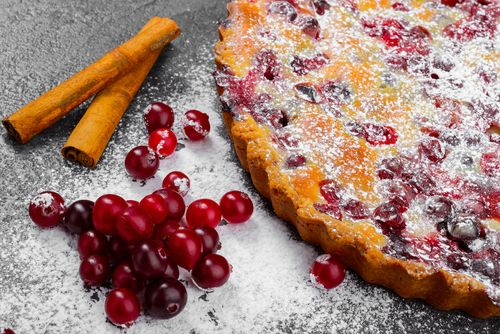 Préparation : 1. Préchauffez votre four à 200°C. Faites précuire la pâte en la couvrant de billes de cuisson pendant 10 minutes. 2. Mélangez le beurre ramolli avec le sucre, ajoutez les œufs, la fa…