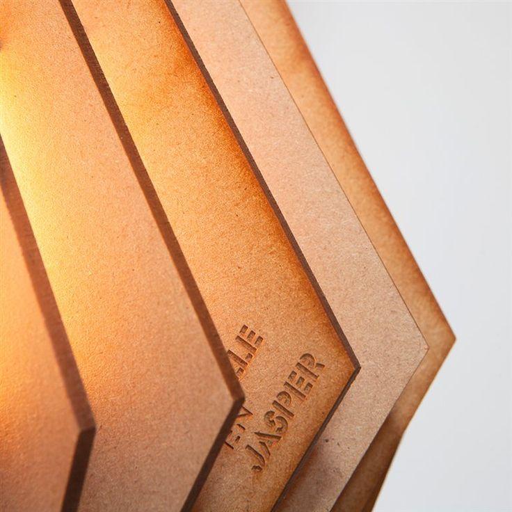 Aan de slag! Je moet deze bijzondere lamp Van Tjalle en Jasper nog even zelf in elkaar knutselen; maar dan heb je ook echt wat. Een unieke én sfeervolle lamp, die dankzij zijn vorm de kracht heeft van een spotlight. Waar leg of hang jij hem?