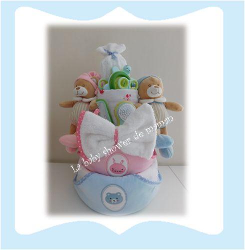 La baby shower de maman Gâteau de couches pour jumeaux garçon et fille avec peluches et cape de bain Diaper cake twins boy and girl