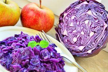 Rode kool met appeltjes: http://www.gezondheidsnet.nl/wat-eten-we-vandaag/recepten/10024/rode-kool-met-appeltjes
