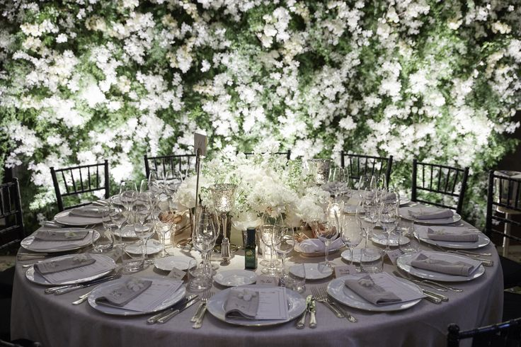 White flowers centerpiece on a jasmine full background wall