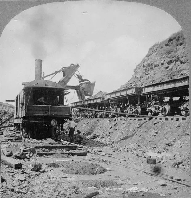 A steam shovel working at the Isthmus of Panama in 1906.