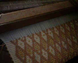 """La Tessitura """"a pibiones"""" in Sardegna per decorare tappeti, tende, tovaglie e cuscini."""