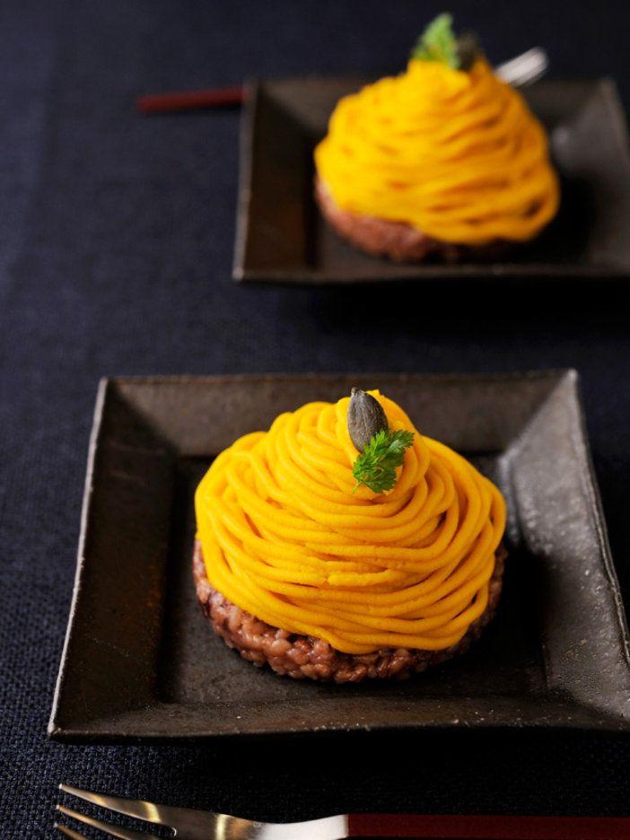 ちょっぴり塩味を感じる酵素玄米の上に、なめらかで自然な甘みのかぼちゃクリームをON! 洋風おはぎ(?)のような、もちもち食感が楽しい和スイーツ。|『ELLE a table』はおしゃれで簡単なレシピが満載!