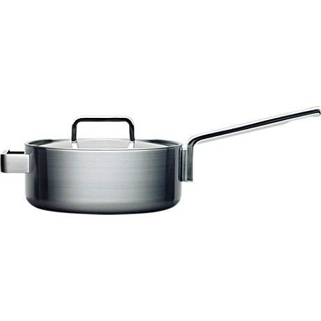 The Iittala Tools 3,0 L saucepan with lid by Björn Dahlström (1998), no longer available. Identical to the 3,0 L casserole, except for the other handle. Since this is a heavy weight, the extra handle is required, but also takes a bit away from the design. Got this at a time when the 3,0 L casseroles were hard to come by, now thinking of maybe replacing this with the casserole.