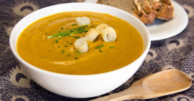 Receta de crema de lentejas y zanahoria. Un plato vegano genial, lleno de proteínas, hierro y vitaminas. Ideal para tomar bien calentita en invierno.
