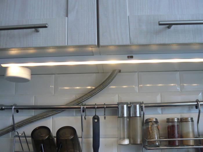 Подсветка на кухне, металлический рейлинг на стене кухня