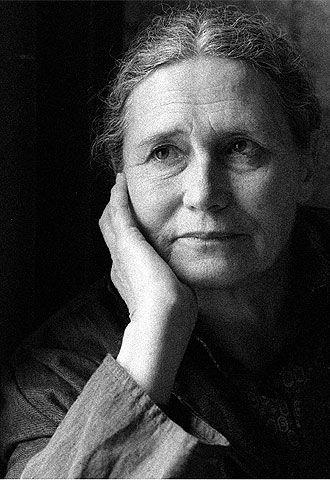 """Doris Lessing  (22 de octubre de 1919), es una escritora británica, ganadora del Premio Nobel de Literatura en 2007. Los temas plasmados en sus novelas se centran en conflictos culturales, las flagrantes injusticias de la desigualdad racial, y la contradicción entre la conciencia individual y el bien común. Su novela más conocida es """"El cuaderno dorado""""."""