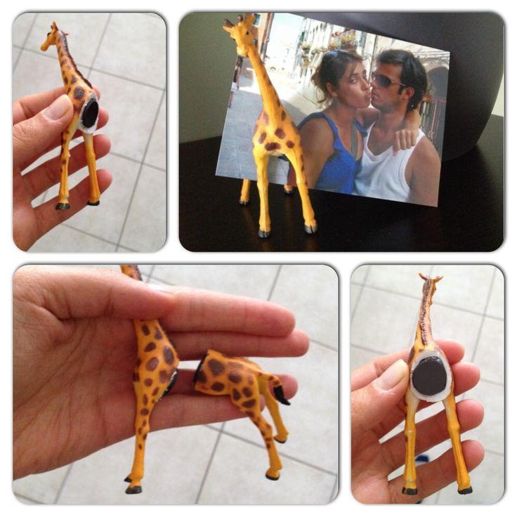 Fotohouder van een speelgoedgiraf Wat heb je nodig: - speelgoeddieren (bv bij bart smit) - breekmes - krantenpapier - kleine ronde magneetjes - lijmpistool - een leuke foto