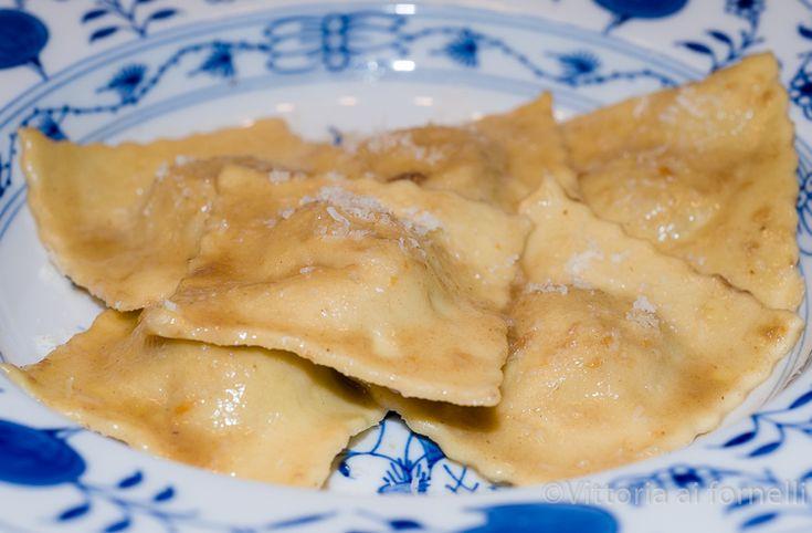 I ravioli di brasato sono un primo piatto saporito ed elegante, perfetto per una cena importante, e un'idea eccellente per riciclare il brasato avanzato.