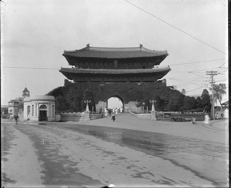 Namdaemun (South Big Gate) Seoul 50 년전 한국 전쟁의 포화속에서도 살아 남은 남대문