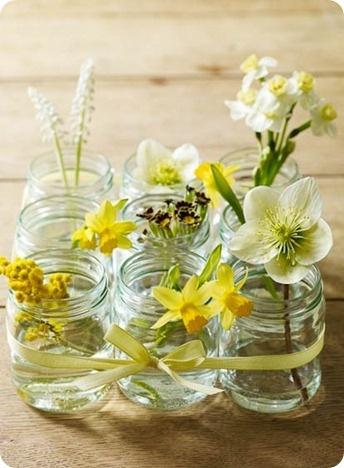 9 pots de yaourts en verre réunis pour former un joli centre de table fleuri #paques #deco #DIY Faites le plein d'idées déco pour Pâques sur notre tableau Pinterest Joyeuses Pâques https://fr.pinterest.com/bonjourbibiche/p%C3%A2ques-%D1%B3/