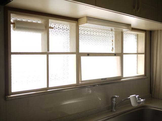 冬場のキッチンは 煮炊きをするとすぐに窓が結露しがち 毎回 拭き取るのに 大変な思いをされている方もいらっしゃることと思います それなら いっそのこと内窓を作り 結露のない快適なキッチンを目指してみませんか 内窓を付ければ 結露対策になるだけでなく