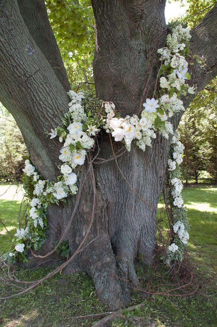 Idee deco pour une garden party mariage : une guirlande de fleurs blanches