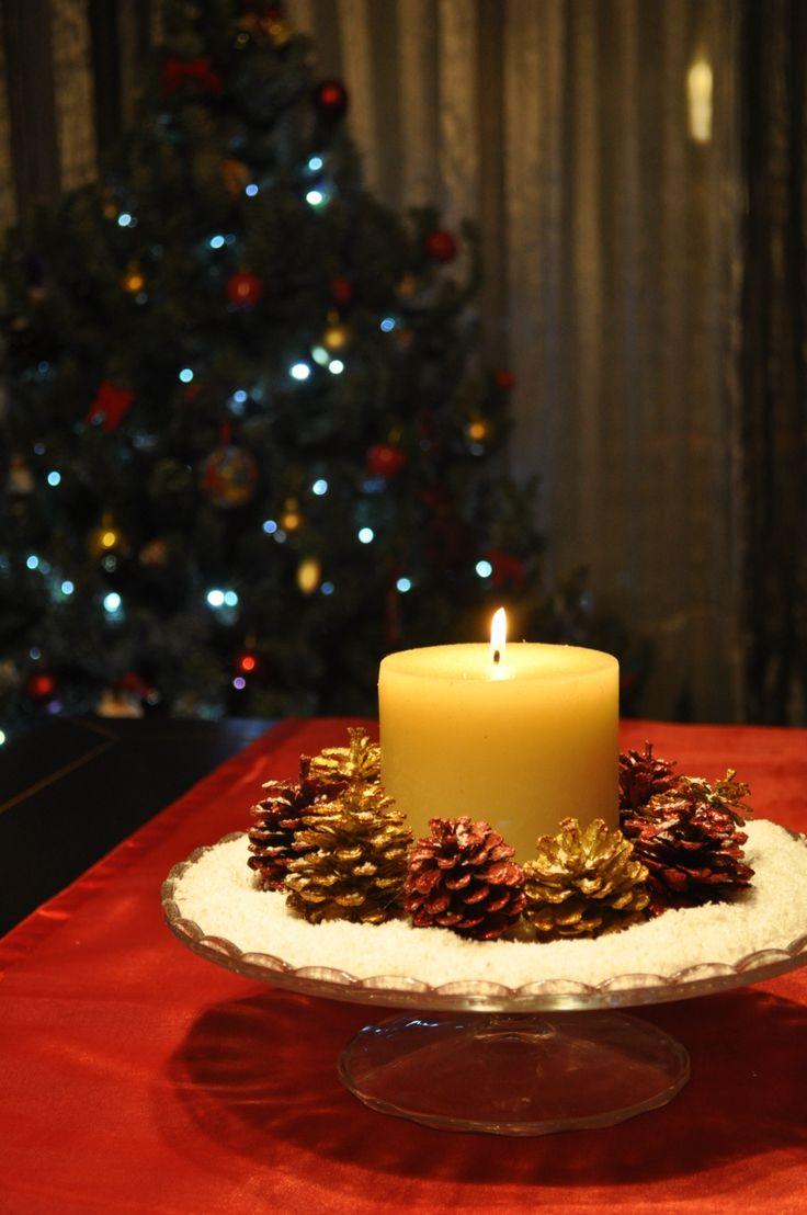 Centro de mesa navideño. Necesitas un porta tartas, nieve falsa, piñas y una vela. Así de fácil!