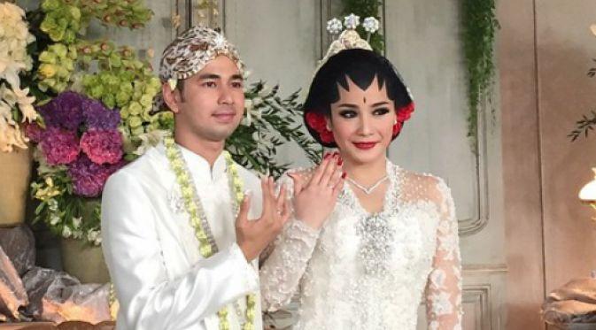 Raffi Ahmad baru berani memperlihatkan foto romantisnya bersama Nagita Slavina setelah mereka resmi menikah.