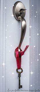 Clé magique : parce que nous n'avons pas de foyer, il est difficile pour le Père Noël de pouvoir venir porter les cadeaux. C'est pourquoi nous accrochons une clé magique à notre poignée de porte. J'ai trouvé la nôtre chez Michaels (pour 1$) et je lui ai donné une touche magique avec du vernis à ongles brillant et un beau ruban.
