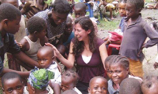 """Lei è Valentina Buj, operatrice UNICEF in Sud Sudan. """"La prima volta che ho visto un bambino morire di malaria ho sentito il mio cuore spezzarsi"""" dice. Valentina lavora per curare i bambini dalla malaria e farli tornare a sorridere, come in questa foto. Se sei un donatore UNICEF in questi giorni hai ricevuto un appello per sostenere il lavoro dell'UNICEF contro la malaria. Non lasciarlo cadere nel vuoto! Puoi aiutare anche su www.unicef.it/malaria"""