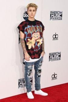 """Justin Bieber faz história na parada britânica de singles com """"Sorry"""" e """"Love Yourself"""" #Adele, #Cantora, #Hit, #JustinBieber, #Madonna, #Novo, #NovoSingle, #OneDirection, #Single, #Sucesso http://popzone.tv/2015/11/justin-bieber-faz-historia-na-parada-britanica-de-singles-com-sorry-e-love-yourself.html"""