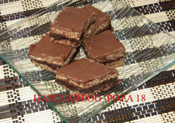Crema prăjiturilor de ciocolată! Ce îţi trebuie pentru o tavă (poza 1): – 2 ciocolate (am folosit Primola cu lapte) – 6 ouă – un pachet de unt – 200 gr de nucă pisată – 30 gr de cacao – 200 gr zahăr pudră – 100 gr zahăr tos Plan de lucru: – separăm albuşurile …