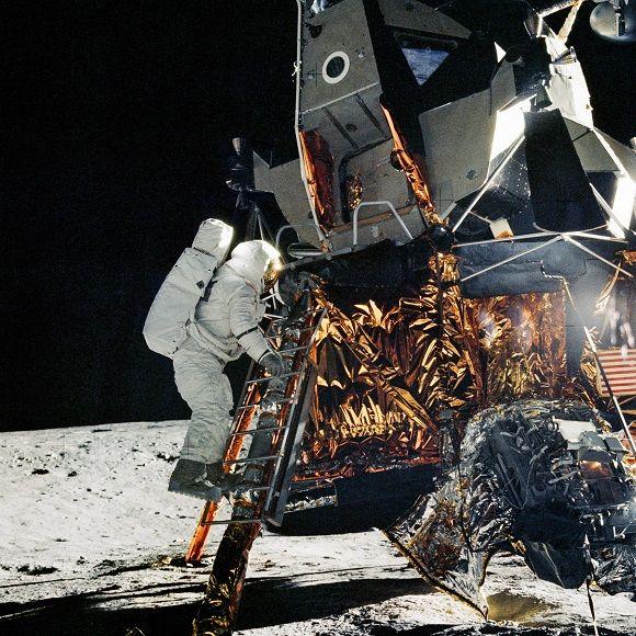 宇宙飛行士アラン・L.ビーン、アポロ12号ミッションのための月着陸船パイロットは、船外活動では、宇宙飛行士チャールズ・コンラッド・ジュニア、ミッションの司令官に参加するために月着陸船のはしごを降りしようとしています