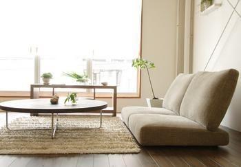 ◼︎ ローテイストと、ハイバック。  座りやすさを追求したハイバックタイプの ソファ。  中には、座面が緩やかにカーブしていて 長時間座っても疲れない人間工学に基づいた デザインのものもあります。