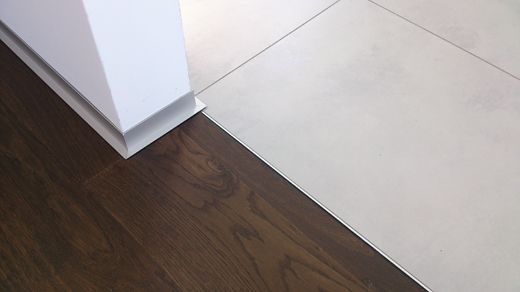 acrylfugen parkett abschluss schl terschiene fliesen boden pinterest acrylfuge parkett. Black Bedroom Furniture Sets. Home Design Ideas