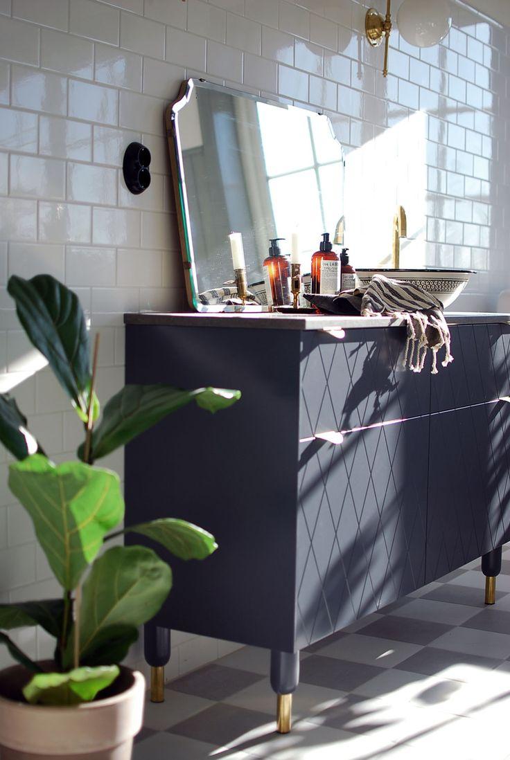 Nu tar vi oss en närmare titt på kommoden i badrummet! Själva stommen till kommoden är köksskåp från Ikea och luckorna, benen och beslagen kommer från Superfront. Kalkstensskivan har vi specialbeställt. Det marockanska handfatet hittar ni här och blandaren och ventilen i mässing är från Tapwell. Lamporna från Sekelskifte i gammaldags stil har jag drömt länge. Spegeln är vintage och den har hängt på en vägg här hemma i väntan på rätt rum och den ska såklart upp på väggen mellan lamporna så…