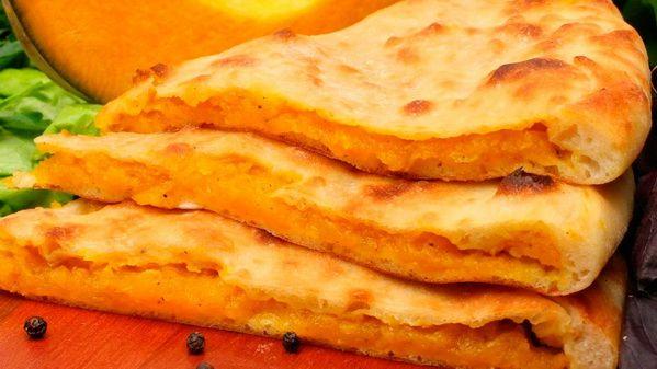 Осетинский пирог с тыквой (Насджин) – этот осетинский пирог не только вкусный, но и полезный, так как в мякоти тыквы, используемой для начинки, содержится нежная клетчатка, пектины, множество полезных элементов. В составе блюда нет продуктов животного происхождения, поэтому его можно включать в вегетарианское меню. К тому же пирог низкокалорийный, его употребление не испортит фигуру.  Состав: тыква.  Вес: 1000 г  #осетинскиепироги #пирогстыквой #осетинскийпирогстыквой #пирогор