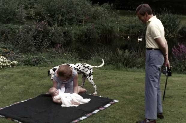 1967Kroonprinses Beatrix legt prins Willem-Alexander op een kleed in de tuin van kasteel Drakensteyn.De Dalmaat Cleo kijkt toe en Prins Claus is van plan de baby te fotograferen . ANP PHOTO BENELUX PRESS