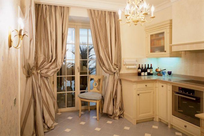 Две небольшие комнаты, где разместились кухня и детская, выходят на застекленные лоджии.