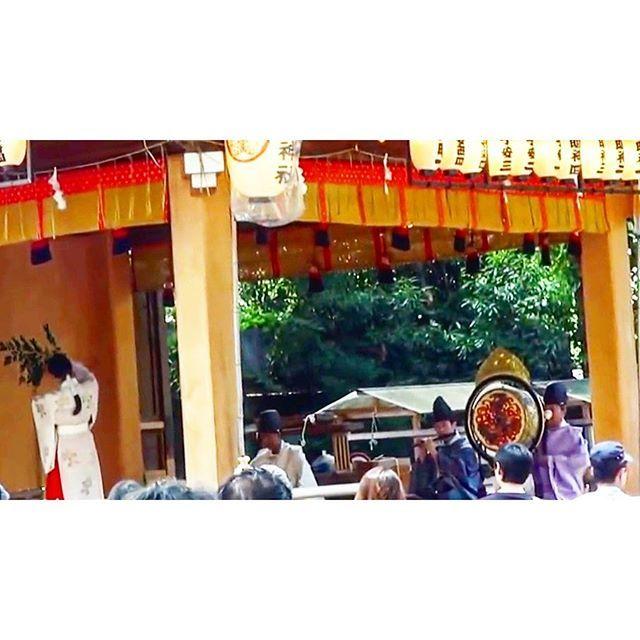 神輿渡御の前の神事にて舞われた『八重垣の舞』。子安祇園祭は京都の祇園祭と同様、素戔嗚尊をお祀りするお祭です。素戔嗚尊が愛する妻のために詠った和歌に唄と舞をつけたものが八重垣の舞です。  #八王子#安産#安産祈願#安産の神様#子安神社#戌の日#帯祝い#戌#お宮参り#安産のお守り#安産の願い#神社#御朱印#ご朱印#木花開耶姫命#神社仏閣巡り#神道#朱印#神社巡り #祇園祭 #巫女舞 #巫女 koyasujinja  子安神社(八王子)