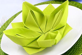 Servietten falten Anleitung Seerose. Seerose oder auch Lotusblume wird diese Figur bezeichnet. Viele andere Faltanleitungen mit Fotos, z. B die Lilie oder die Mütze
