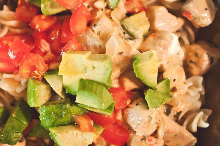 fyra ingredienser och en middag - laxpasta tomat avokado